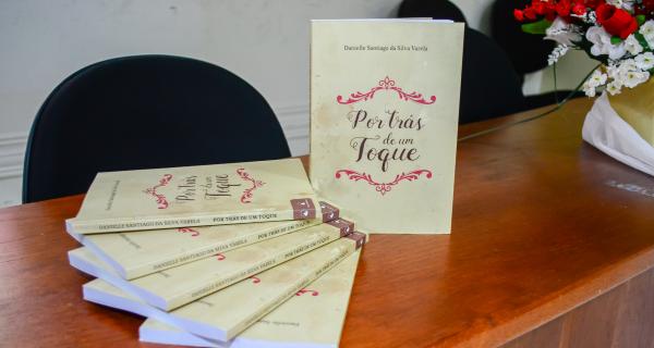 """Docente lança livro """"Por trás de um toque"""""""